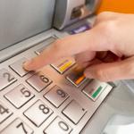 Защо плащаме такси, когато използваме банкомат?