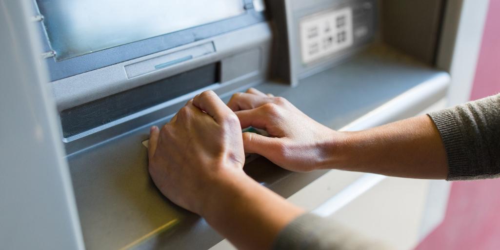 Пазете се от скиминг устройства – лесни правила за безопасно теглене на пари